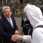 The AEGEE-Aachen Bear meets Joachim Gauck, the president of Germany and shake hands